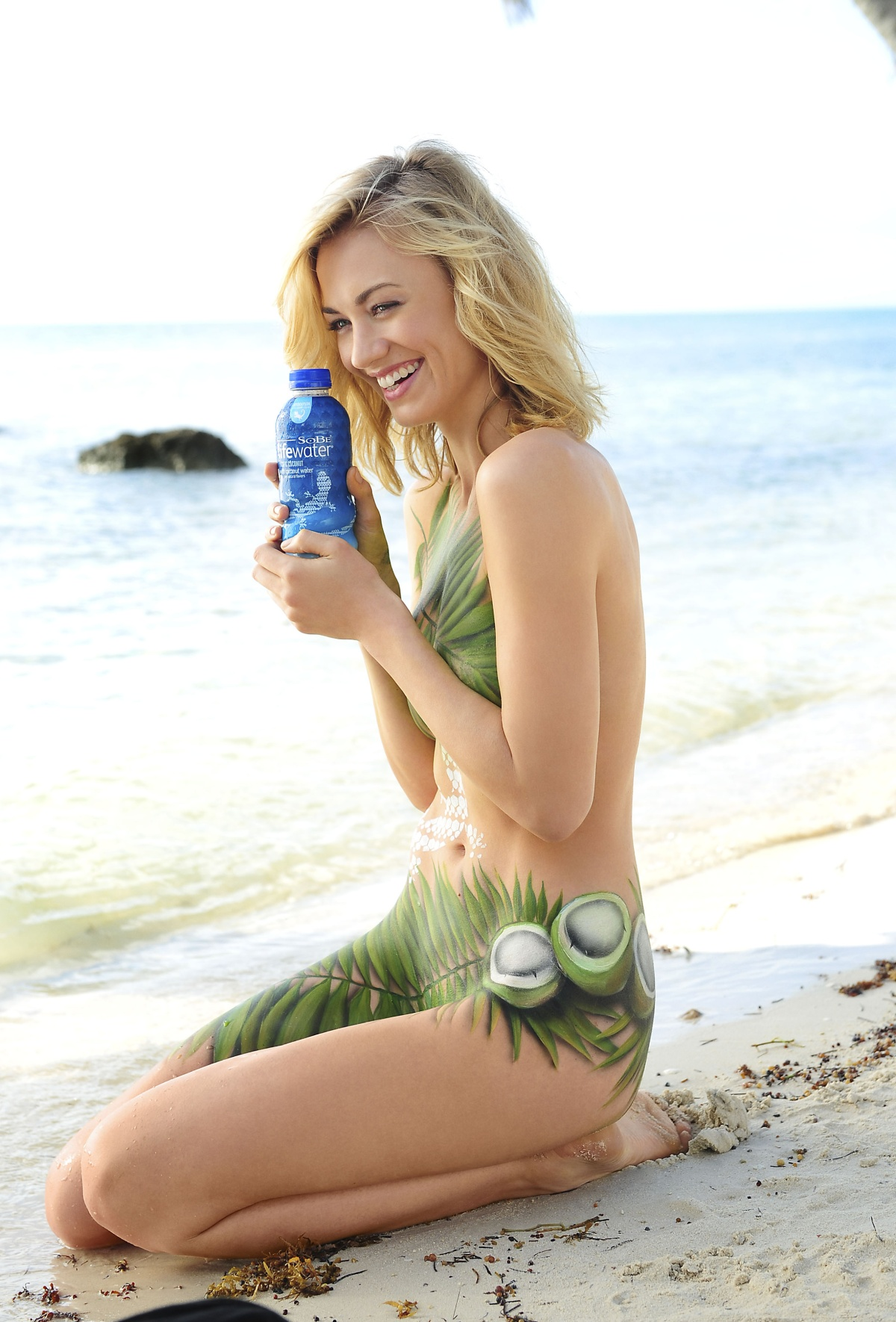 http://photovvebsite.files.wordpress.com/2012/01/yvonne-strahovski-sobe-lifewater.jpg?w=1200